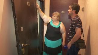 Пожарные по ошибке сломали дверь квартиры в воронежской многоэтажке