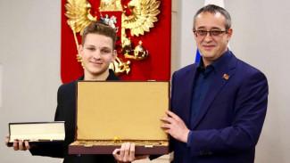В Москве наградили школьника за спасение пассажира самолёта, экстренно севшего в Воронеже