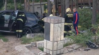 В Воронеже у парка «Олимпик» BMW на скорости врезался в забор: пострадала женщина