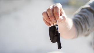 Трое мужчин под видом чиновников бесплатно забрали машины из воронежского автосалона