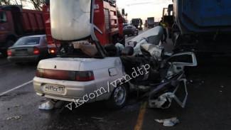 В Воронежской области легковушка влетела под стоящую на обочине фуру: погиб пассажир