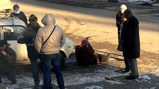 Жители двора в центре Воронежа бросаются под машины, мешая сносу «шлагбаума»
