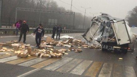 Трассу под Воронежем после ДТП с фурой завалило курятиной