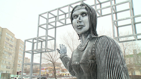 Памятник Алёнке в Нововоронеже