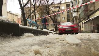 В Воронеже любители бесплатной парковки мешают сбивать опасные сосульки с крыш