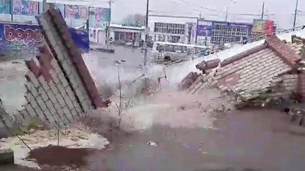 Тонущие авто и эпично рухнувший забор. Воронежцы сняли на видео последствия потопа