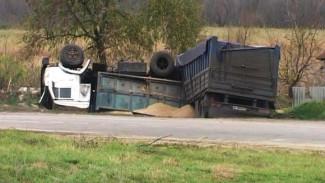 Под Воронежем на дороге с неудачно спроектированным поворотом вновь опрокинулся грузовик