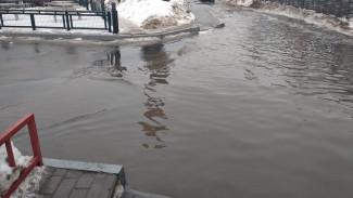 В Воронеже дорога у автостанции ушла под воду