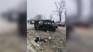 На заснеженной трассе под Воронежем столкнулись легковушки: 1 погибший, 4 пострадавших