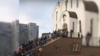 Воронежцы в разгар пандемии выстроились в огромную очередь в храм: появилось видео