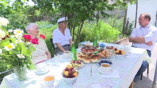 Воронежский депутат поздравил проживших 56 лет вместе супругов с Днём семьи, любви и верности