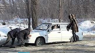 В центре Воронежа образовался каток из замерзших канализационных стоков