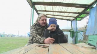 «Удалёнка» по-деревенски. В Воронежской области школьников вынудили делать уроки на улице