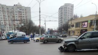 На оживлённом перекрёстке в центре Воронежа столкнулись скорая и иномарка