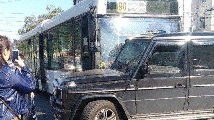 В Воронеже на площади Ленина автобус №90 врезался в «Гелендваген»