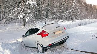 Ехавшая в Воронеж на автомобиле многодетная семья застряла на трассе в снегу