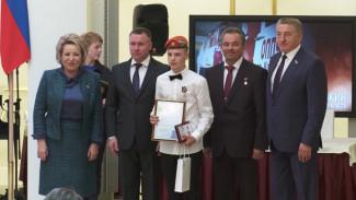 Воронежского школьника, спасшего тонувшего в ледяной воде старика, наградили в Москве