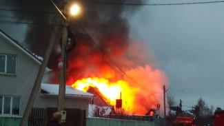 Под Воронежем в частном доме произошёл сильный пожар: появилось видео