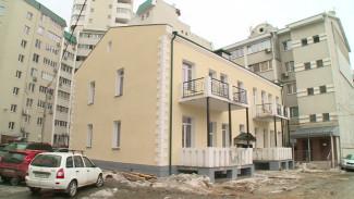 На старинном доме в Воронеже решётки в стиле модерн заменили на «кладбищенские оградки»