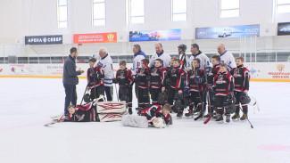 Воронежский губернатор передал новой хоккейной школе сертификат на 5 млн рублей