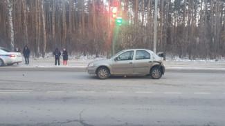 В Воронеже у больницы столкнулись две иномарки: пострадали оба водителя