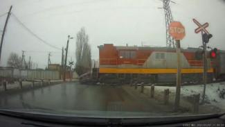 Поезд снес легковушку на переезде в Воронежской области: появилось видео