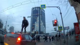 Пробежавший по иномарке ради эффектного видео воронежец заплатит автомобилисту