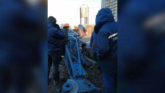 В Воронеже рухнувший строительный кран задел автомобиль с пассажирами