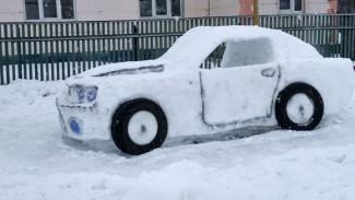 Воронежец слепил из снега автомобиль в натуральную величину