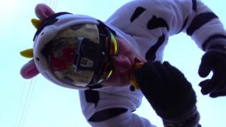 ВИДЕО: Белорус-экстремал спрыгнул с 25-метровой вышки, чтобы обмакнуть драник в сметану