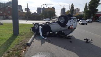 В Воронеже в результате массового ДТП перевернулся автомобиль