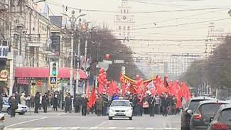 Коммунисты устроили шествие в честь Великой октябрьской революции