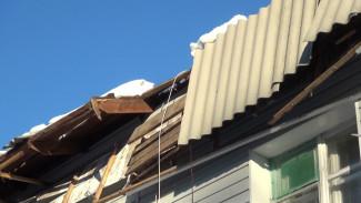В Воронежской области с крыш трёх домов снег сполз вместе с кровлей