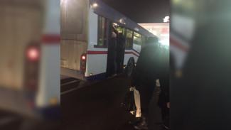 Воронежцы высмеяли поломку набитого автобуса от перегруза