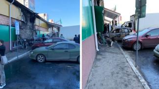 В Воронеже сильный пожар повредил 4 машины и фасад магазина