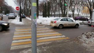 В Воронеже после ДТП часть светофора рухнула на коляску с малышом