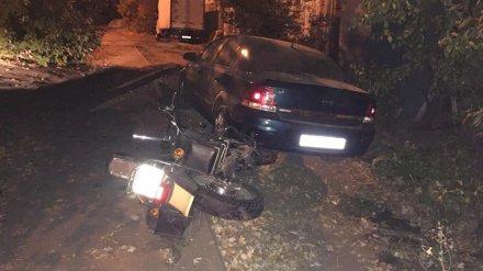 В Воронеже мотоцикл после ДТП отбросило на дерево и припаркованный автомобиль