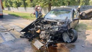 В Воронеже после ДТП опрокинулась иномарка: пострадали два человека