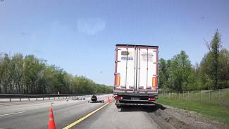 На воронежской трассе в ДТП с фурой погибли мотоциклист и пассажир: появилось видео