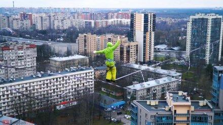 Воронежские экстремалы прогулялись над Питером по натянутому на 100-метровой высоте канату
