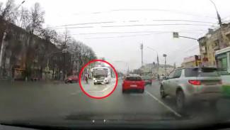 Едва не сбивший ребёнка маршрутчик оказался серийным нарушителем ПДД в Воронеже