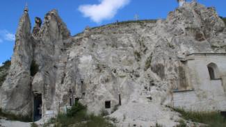 Соорудили монахи. Воронежская митрополия рассказала о правах на пещерный храм Дивногорья