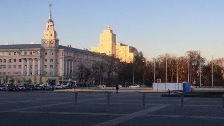 В Воронеже начали собирать каток на площади Ленина