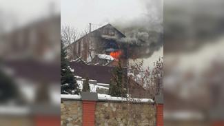 В Воронеже полыхает трёхэтажный частный дом: пожарные не могут к нему подъехать
