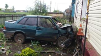 В Воронежской области автомобилистка без прав протаранила забор и влетела в дом