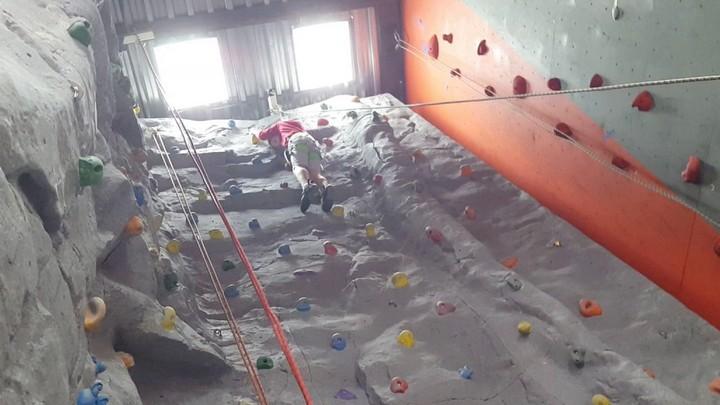 В Воронеже 16-летний парень упал с 6-метровой высоты на занятии по скалолазанию