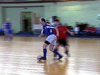 12 коллективов соревнуются в турнире по мини-футболу