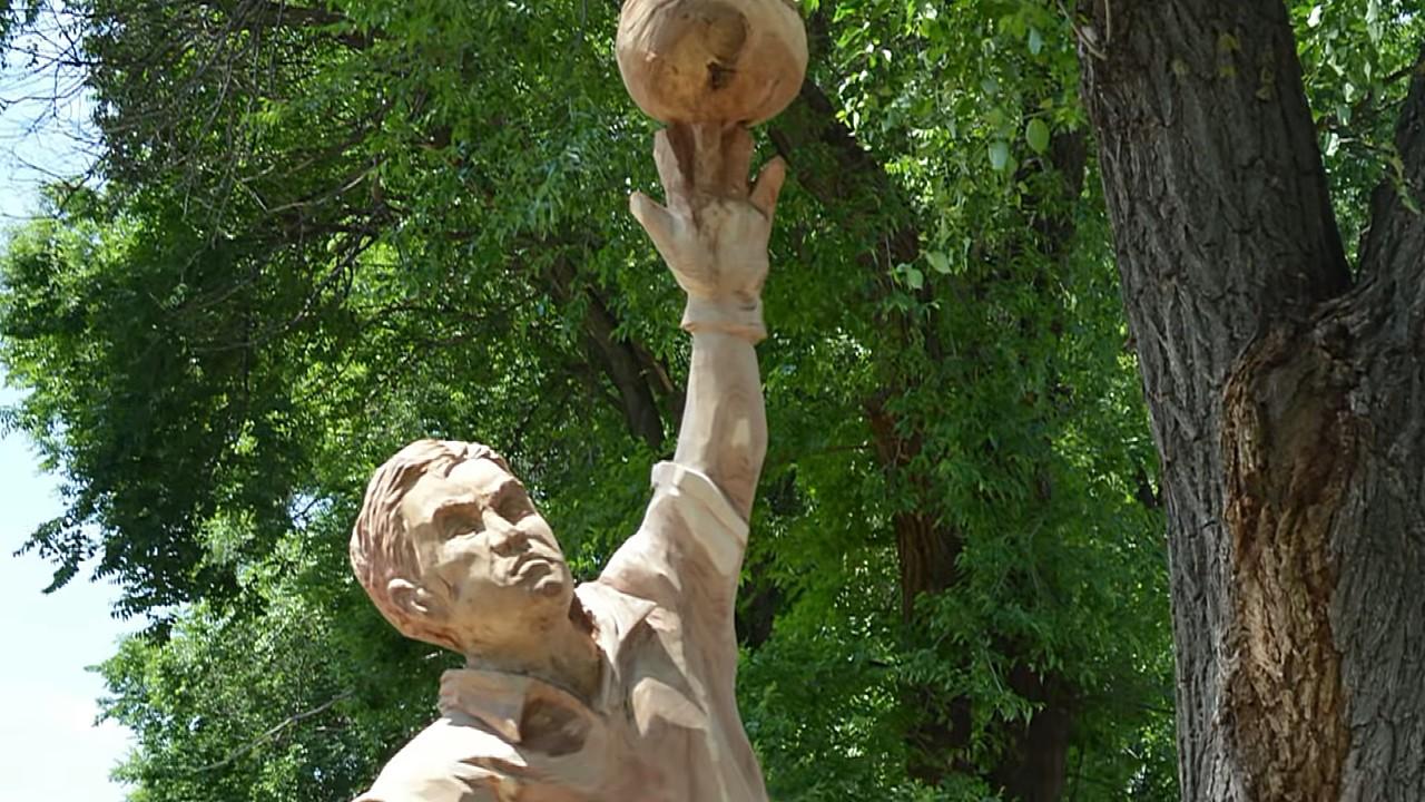 Воронежец «предсказал» триумф Акинфеева, выпилив из дерева памятник вратарю