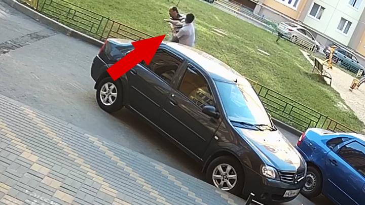 Воронежцы сняли на видео, как разъярённый водитель напал на таксиста во дворе ЖК