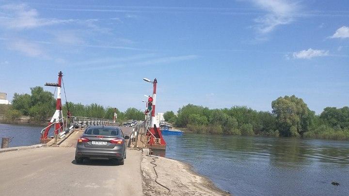 В Воронеже установили разобранный из-за паводка понтонный мост через Дон